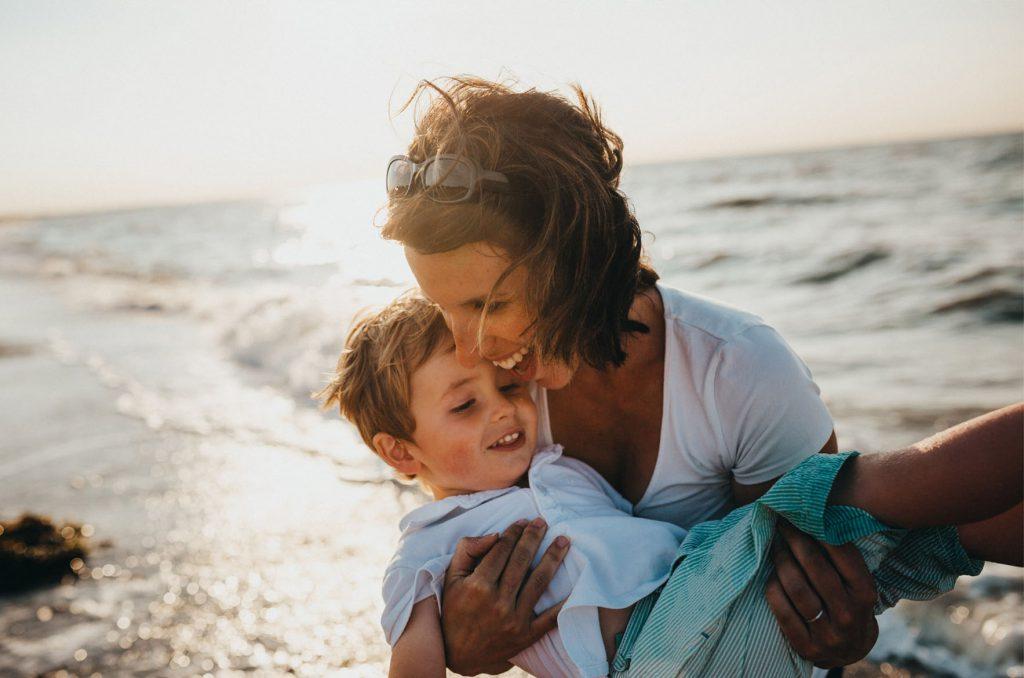Bild på kvinna och barn